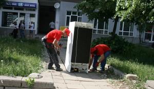 Изхвърля мебели